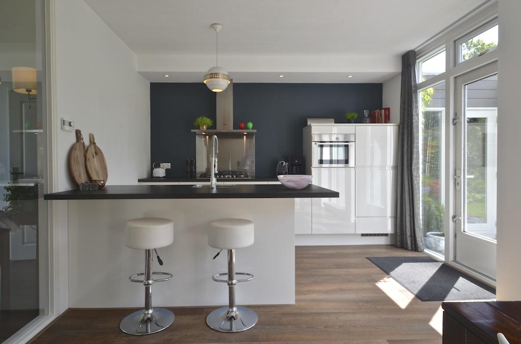 Keuken met schiereiland - Lounge en keuken in dezelfde kamer ...
